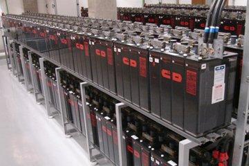 Instalação e manutenção de banco de baterias e estantes